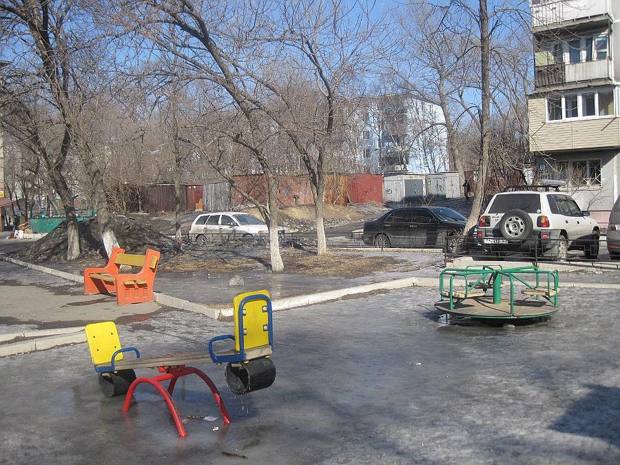 Дворик возле дома по улице 100 лет Владивостоку, 60