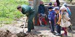 """Экологические бригады """"Зеленого дозора"""" посадили 120 саженцев деревьев в детском саду №151 вместе с ребятишками"""