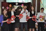Десятиклассники школы поздравляет выпускников